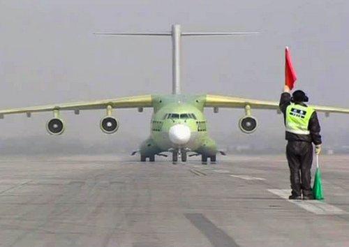 Китай испытал собственный военно-транспортный самолет Y-20