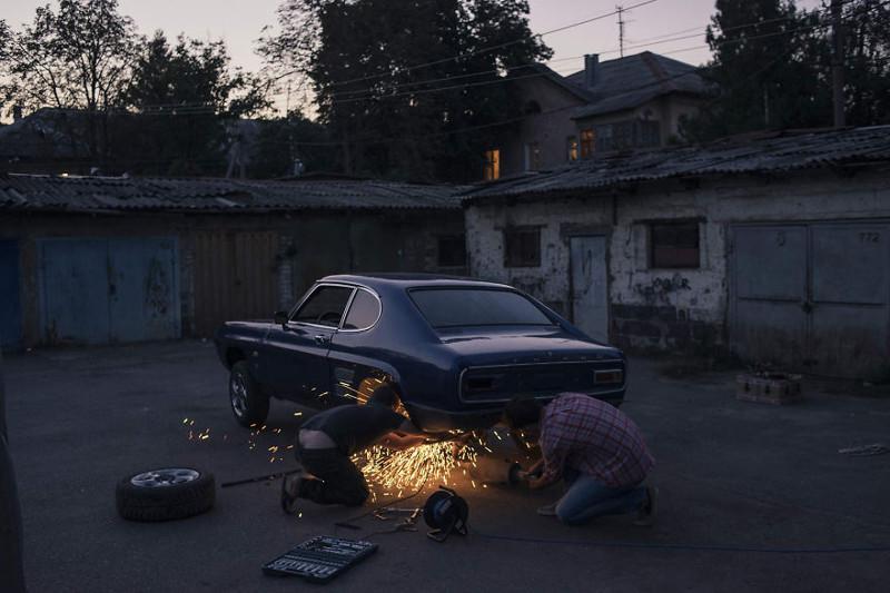 Автомобиль попал к нему в не самом лучшем состоянии, поэтому молодой человек стал восстанавливать его почти с нуля, используя оригинальные запчасти, которые он покупает в интернете. жизнь, интернет, люди, россия