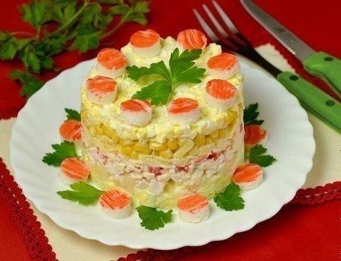 Оригинальный салат с крабовыми палочками и ананасами