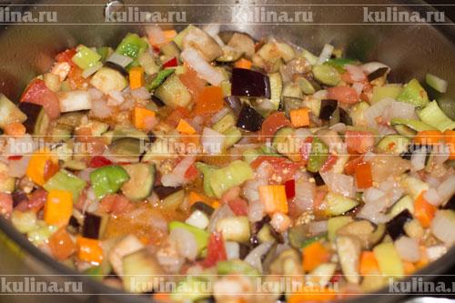 Довести до кипения, затем температуру уменьшить и тушить овощи на среднем огне около 40 минут.