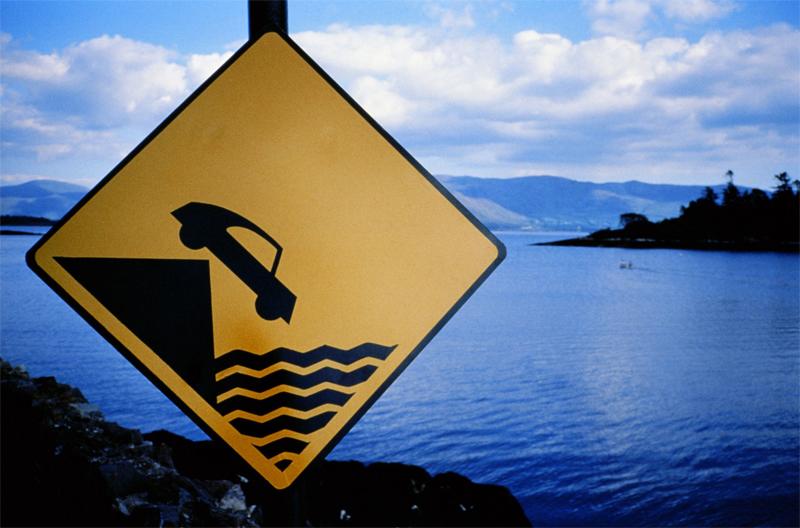 Выбираемся самостоятельно из автомобиля, который упал в воду