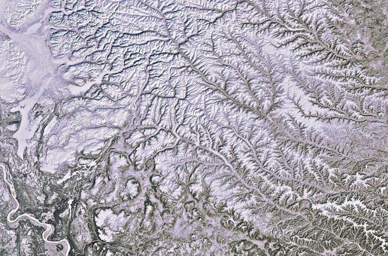 15. Зимняя Сибирь. В левом нижнем углу виден Енисей. земля, космос, пейзаж, планета, природа, россия, фотосъемка