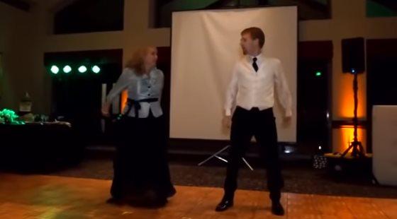 Мама вместе с сыном устроили на свадьбе задорные танцы! Необыкновенное веселье