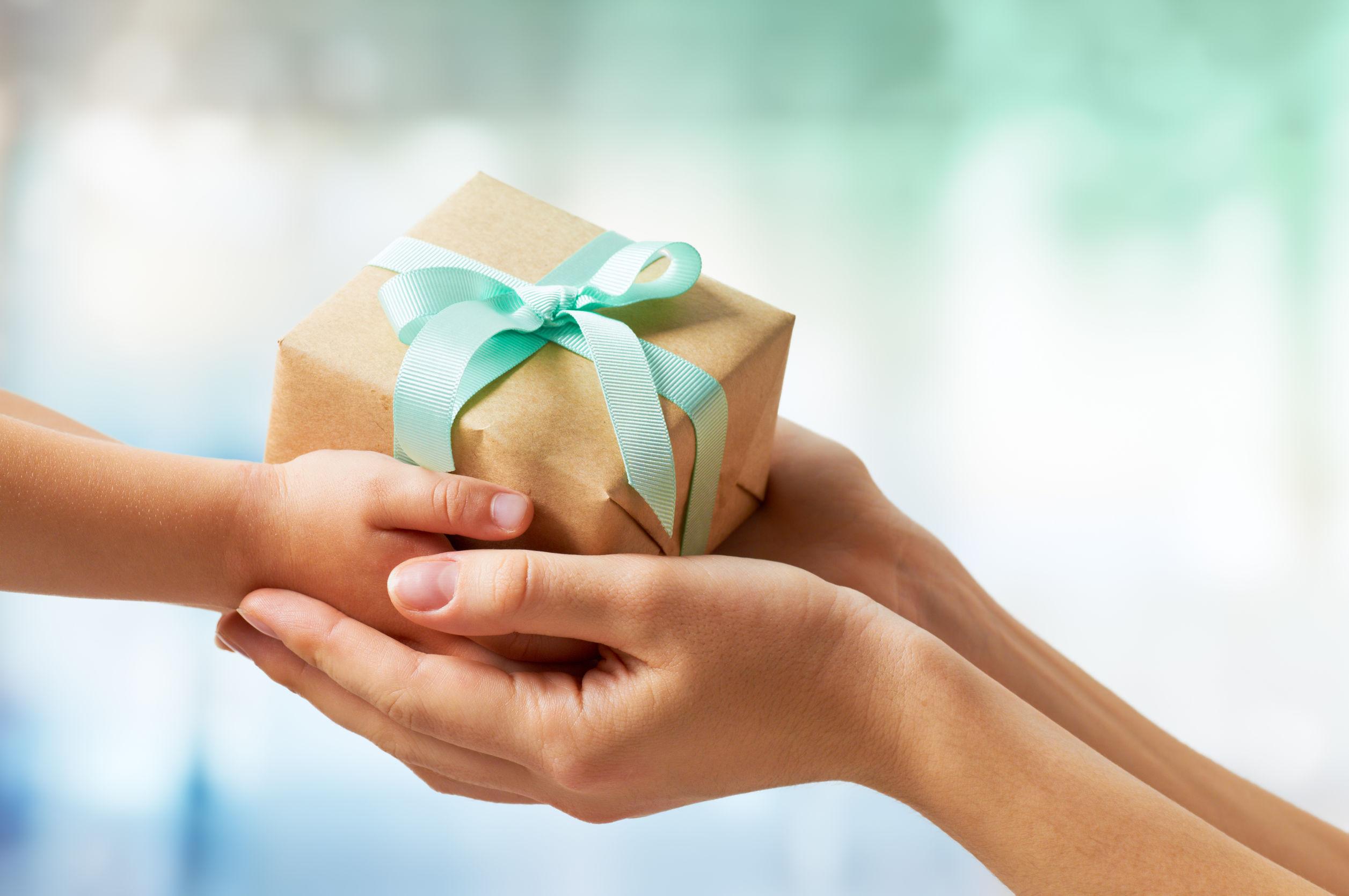 Руки с подарком картинки