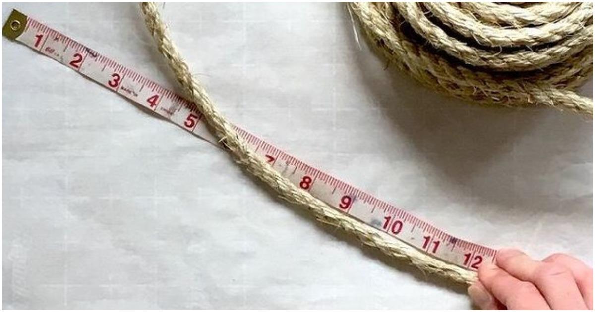 Мастерица соединила конец веревки и спандекс. В результате у неё получился отличный аксессуар