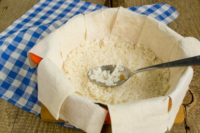 Выкладываем часть риса на дно кастрюли