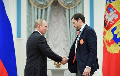 Медведев вручил российским призерам ОИ-2018 ключи от BMW