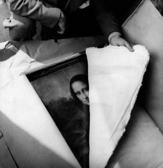 Распаковка картины «Мона Лиза», после того как она в 1939 году была спрятана от немецких войск. 1945 год. история, ретро, фотографии