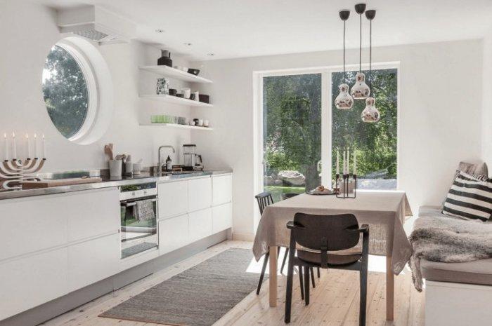 Оживить дизайн кухни в скандинавском стиле помогут небольшие яркие вкрапления в виде текстильного декора.
