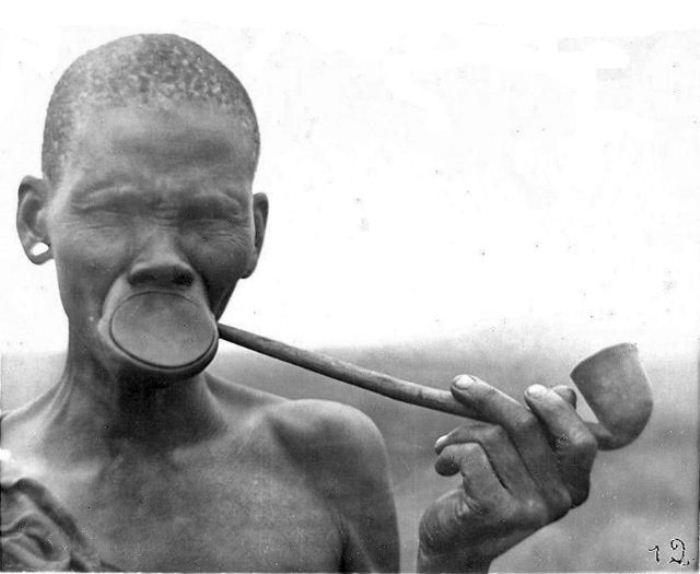 Традиция прокалывать и растягивать губу сохранилась до нашего времени.