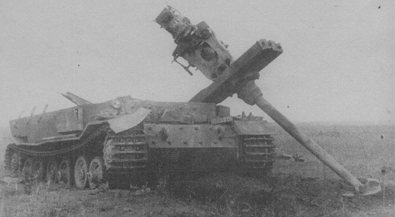 Немецкая САУ «Фердинанд» 653-го батальона, уничтоженная прямым попаданием бомбы с бомбардировщика Пе-2 на Курской дуге 15 июля 1943 года история, ретро, фотографии