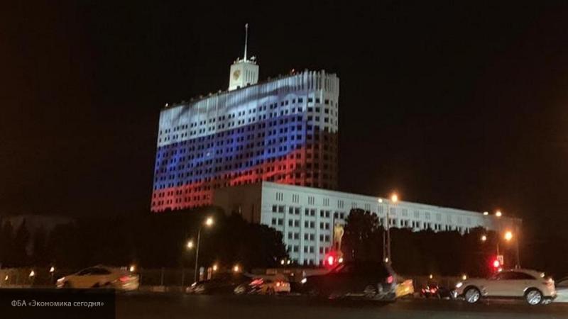 Правительство РФ показало видео ухода за национальным флагом страны