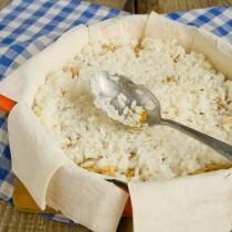 На мясо кладём остальной рис, поливаем сливочным маслом