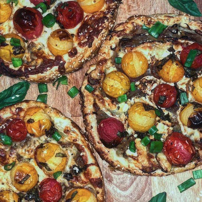 Пирог с карамелизированным луком , томатами и сыром