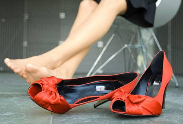 Лучшие способы разносить обувь, которая натирает пятку