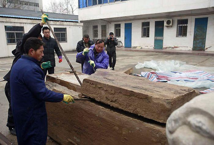 Рабочие в Китае нашли под землей саркофаг возрастом несколько тысяч лет артефакт,археология,Китай,Пространство,сокровища