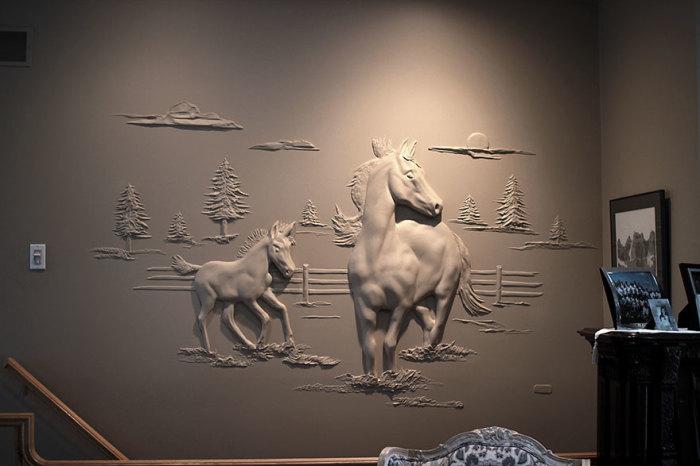 Лошадь и жеребёнок на стене в гостиной.