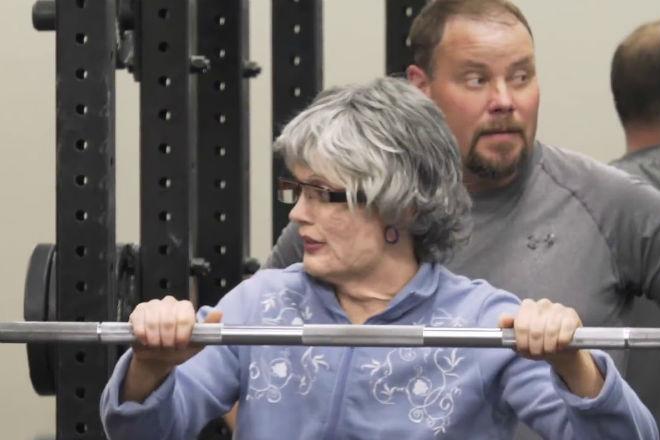 Чемпионка-штангистка переоделась в бабушку и преподала урок молодым качкам пауэрлифтинг