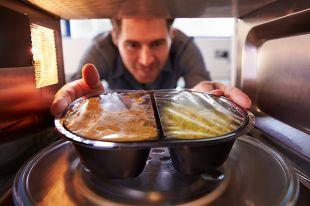 Обед на микроволнах. Вредно ли готовить в СВЧ-печках?