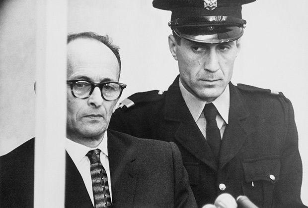 Адольф Эйхман (слева) на судебном процессе. 1961 г.