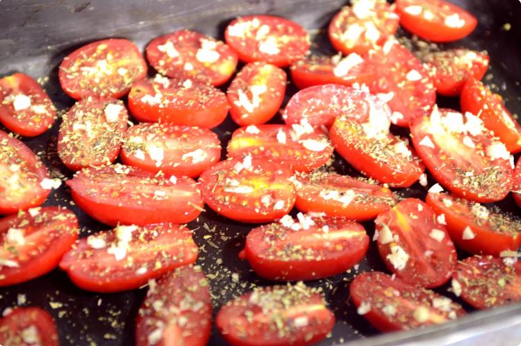Ленюсь закатывать кучу банок: перцы и томаты на зиму. Просто, быстро и место экономит!