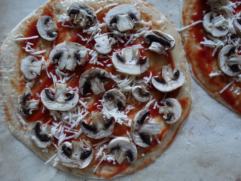 Знаю сейчас популярно «ультратонкое» тесто, вот и я стала готовить пиццу на ещё более тонком тесте. Просто и вкусно