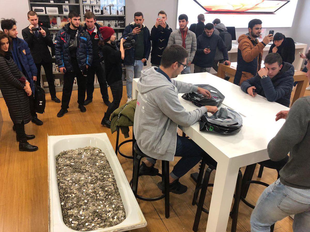 В московском магазине за iPhone заплатили ванну мелочи