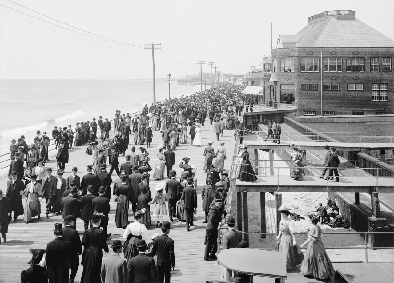 Толпы отдыхающих на набережной в Атлантик-Сити, 1905 г. 100 лет назад, 20 век, архивные снимки, архивные фотографии, пляж, пляжный отдых, черно-белые фотографии, чёрно-белые фото