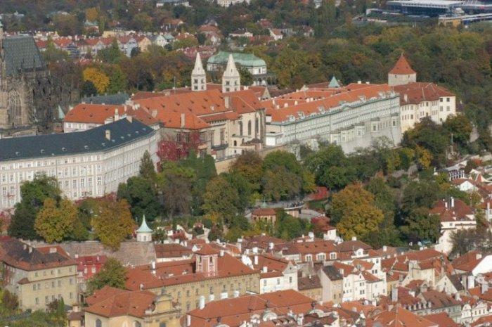 Изначально место застраивалось для заселения дворцовой челяди, но течением времени превратилось в район роскошных дворцов и особняков аристократии.