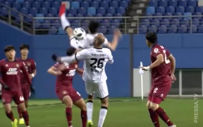 Футболист неудачно упал и сломал шею во время матча в Корее
