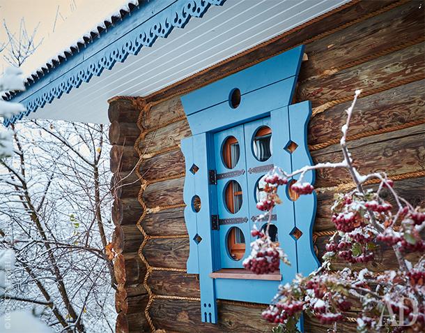 Голубые оконные наличники выполнены в русской традиции, но по современному рисунку.
