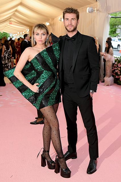 СМИ: Майли Сайрус не спешит подавать на развод с Лиамом Хемсвортом Звездные пары