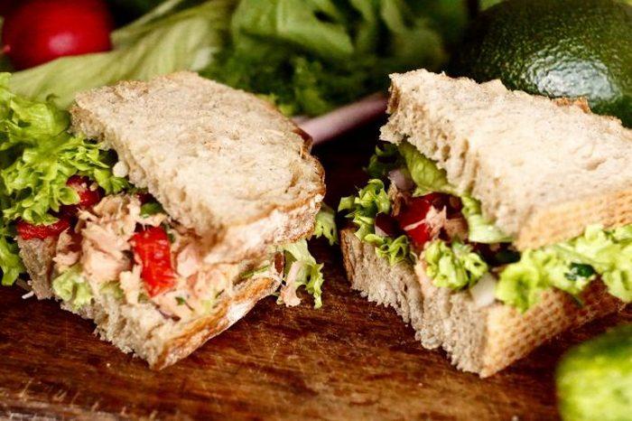 Сэндвич с тунцом и зеленью.