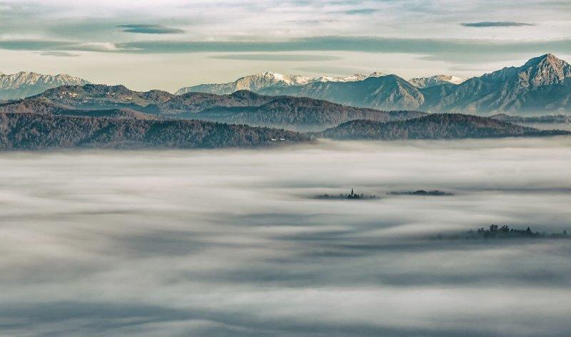 """""""Я побывал в одиноких горах, где слышна лишь тишина. Это лучшее место, чтобы запечатлеть самые красивые солнечные лучи и закаты во всем мире, встретил замечательных людей и путешествовал по живописным дорогам"""". в мире, красивый вид, пейзаж, природа, словения, страны, фото, фотограф"""