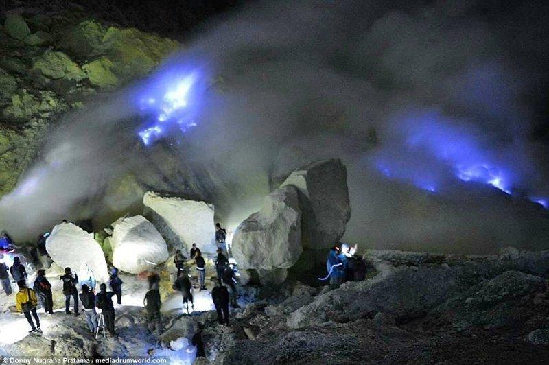 Внутри вулкана находится серное озеро. Испускаемый сероводород под воздействием высокой температуры вулкана вступает в реакцию с кислородом в воздухе, происходит возгорание вулкан, выбросы, газ, газы, индонезия, познавательно, сера, туристу на заметку