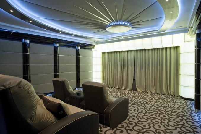 Домашний кинотеатр в цветах: белый, темно-коричневый, коричневый, бежевый. Домашний кинотеатр в стиле эклектика.