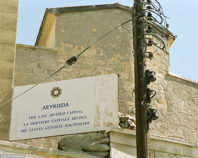 Напряженность между киприотами-греками и киприотами-турками достигла пика в 1963 году, когда президент Макариос предложил конституционную реформу. Примерно в это же время обе общины понесли сотни жертв во время широкомасштабных беспорядков военная операция, зона, кипр, нейтральная, познавательно, разделение, столица, турция