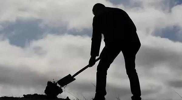 Мужик с лопатой копает картинки