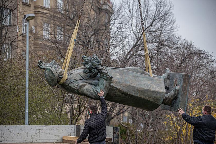 Шойгу просит Бастрыкина привлечь к ответу сносивших мемориалы советским воинам за рубежом