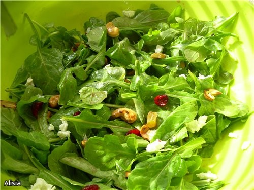 Салат из рукколы с орешками.