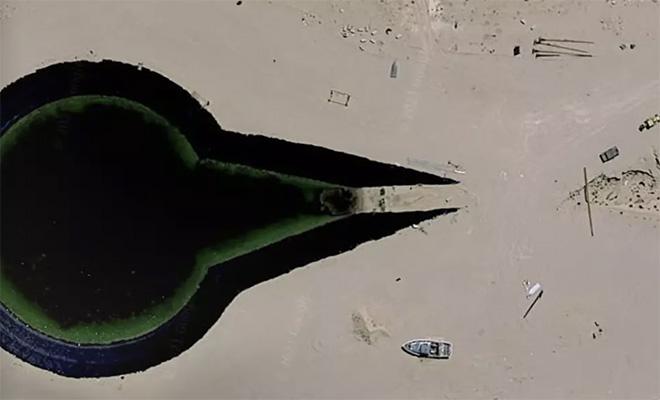 Спутниковый археолог нашел на картах Google неопознанный объект, стоящий в окружении танков