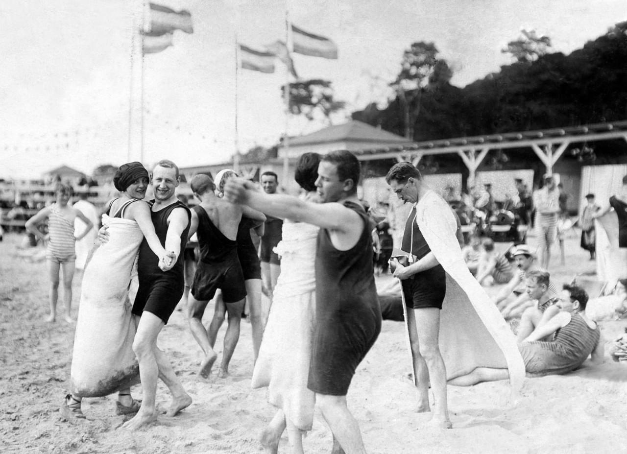 Танцы на пляже в Ванзее, Берлин, 1911 г. 100 лет назад, 20 век, архивные снимки, архивные фотографии, пляж, пляжный отдых, черно-белые фотографии, чёрно-белые фото