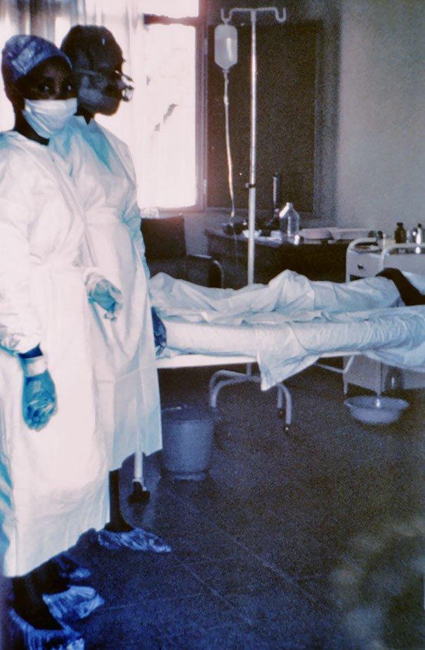 3. Медсестра Маинга Н'Сека во время вспышки лихорадки Эбола в 1976 году. Медсестра заразилась и умерла вскоре после того как был сделан этот снимок жуткие моменты, за мгновение до, за секунду до, за секунду до смерти, катастрофы, печальные кадры, трагедии