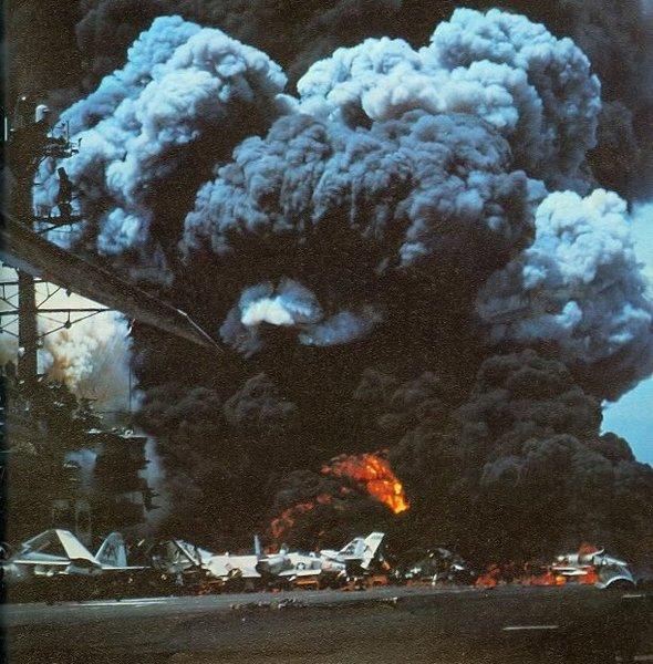 Вьетнамские подвиги Маккейна: Сгоревший авианосец и 21 угробленный истребитель