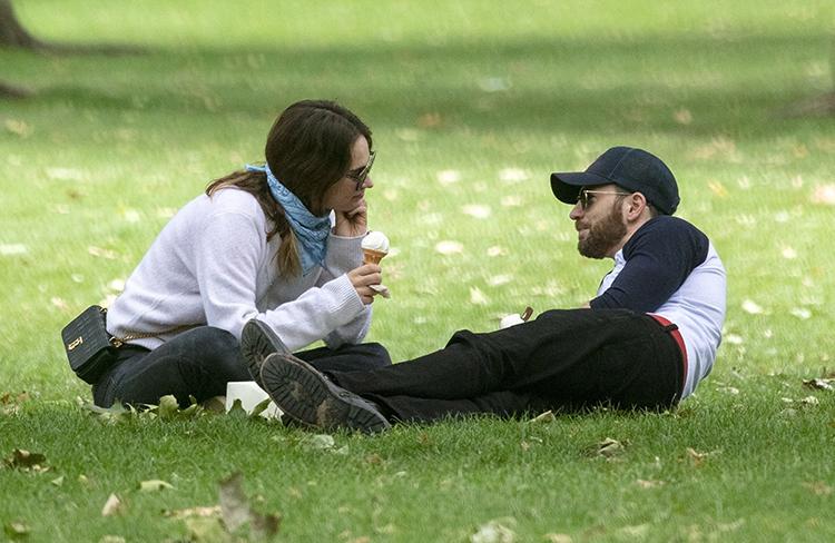 Лили Джеймс и Крис Эванс в парке Лондона: первые фото пары Джеймс, вместе, Золушка, Дженни, заметили, снова, папарацци, расстались, через, Лондона, отношения, Эванс, совсемНо, встречалась, недавно, совсем, интервью, касается, СлейтЧто, окончательноКрис