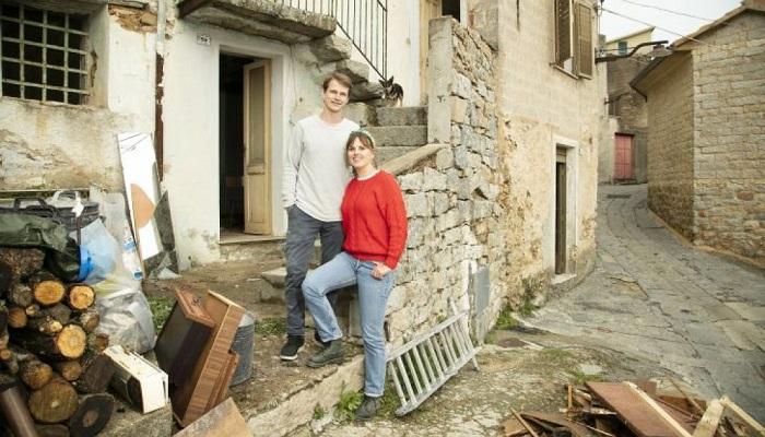 Эта молодая пара приступила к реконструкции приобретенного дома за 1 евро.