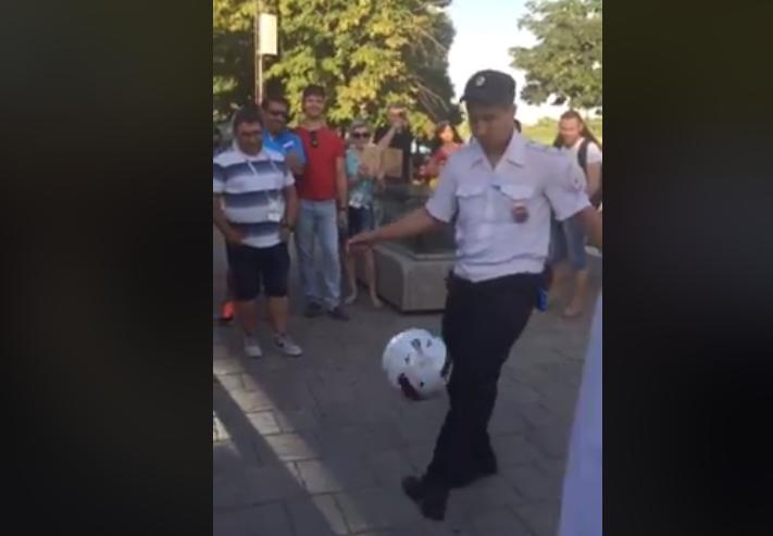 Ростовский полицейский поразил иностранных фанатов футбольным мастерством