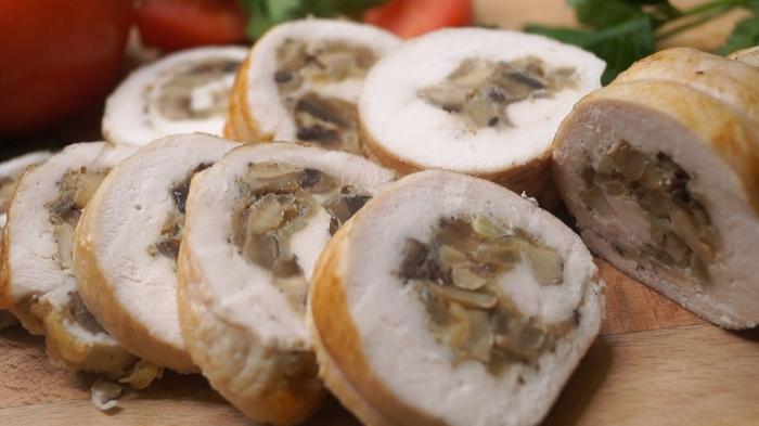 Куриный рулет с грибами и сыром