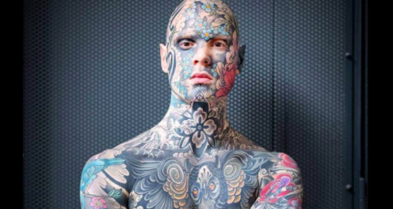 Француз, у которого все тело покрыто татуировками, работает учителем младших классов