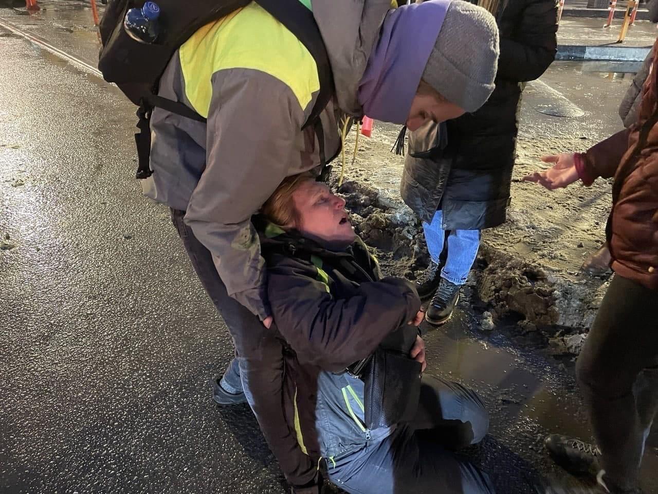 Полицейский, ударивший в живот Маргариту Юдину в Петербурге, пришёл к ней в больничную палату с цветами. питер,полиция,протесты,россияне